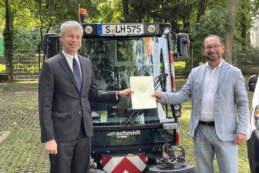 Übergabe der Förderurkunde mit AWS‐Geschäftssführer Markus Töpfer und Staatssekretär Steffen Bilger (links).